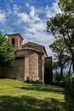 Alte Kirche in der Natur Stockbilder