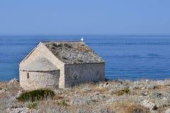 Alte Kirche durch das Meer lizenzfreie stockfotos