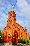 Alte Kirche im bewölkten blauen Himmel Stockbilder