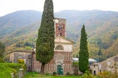 Alte Kirche im Dorf in Herbst Italien-Schongebiet/-religion heilig/zuverlässig lizenzfreies stockbild