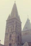 Alte Kirche im Nebel Stockbilder