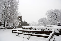 Alte Kirche im Schnee Stockfoto