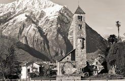 Alte Kirche mit Alpen Stockfoto