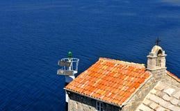 Alte Kirche mit dem Meer auf Hintergrund Stockbild