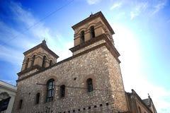 Alte Kirche mit einem bunten Himmel Stockbild