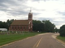 Alte Kirche mit Friedhof Lizenzfreie Stockbilder