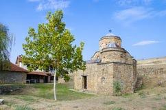 Alte Kirche mit grünem Baum und blauem Himmel Stockfotos