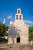 Alte Kirche mit hohem Glockenturm in Budva Stockbild