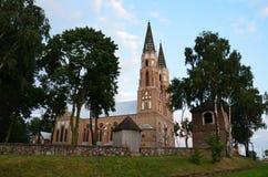 Alte Kirche in sonnige Tage Polens im Urlaub lizenzfreie stockbilder