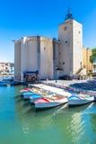 Alte Kirche und Boote im Hafen Grimaud-Frankreich Lizenzfreie Stockbilder