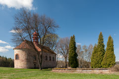 Alte Kirche und Kirchhof im Dorf Lizenzfreie Stockbilder