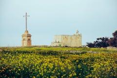 Alte Kirche und Kreuz auf dem Gebiet lizenzfreie stockfotos
