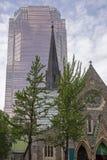 Alte Kirche und moderner hoher Aufstieg stockfotos