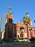 Alte Kirche und neues Gebäude stockfoto