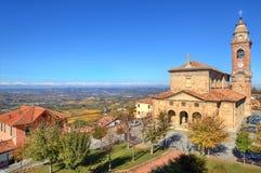 Alte Kirche unter blauem Himmel. Diano D'Alba, Italien. Stockfotos