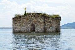 Alte Kirche versenkt im Wasser von Verdammungssee lizenzfreies stockbild