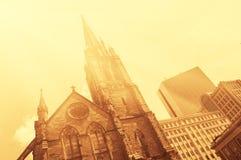 Alte Kirche vor modernem Glas-und-steek Gebäuden von Boston im Stadtzentrum gelegen Lizenzfreie Stockfotos