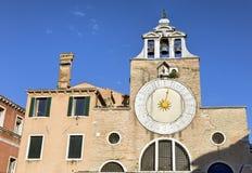 Alte Kircheborduhr in Venedig Stockbild