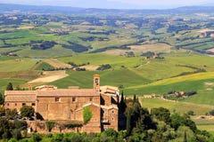 Alte Kirchen- und Bauernhoffelder in Montalcino-Stadt, ` Orcia, Tusc Val d Lizenzfreies Stockbild