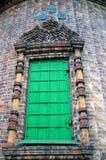 Alte Kirchenfassade, ein geschlossenes Fenster. Stockfoto