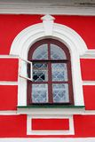 Alte Kirchenfassade, ein offenes Fenster. Lizenzfreies Stockfoto