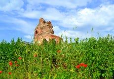 Alte Kirchenruinen auf Sommerfeld Lizenzfreies Stockbild
