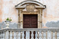 Alte Kirchentür in Sizilien Stockfotografie