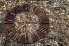 Alte Kirchenuhr auf einer Wand Stockbilder