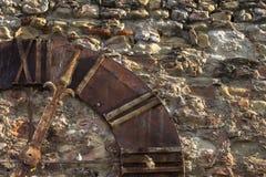 Alte Kirchenuhr auf einer Wand Stockfotos