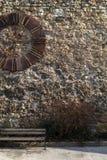 Alte Kirchenuhr auf einer Wand Lizenzfreie Stockfotografie