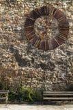 Alte Kirchenuhr auf einer Wand Lizenzfreie Stockfotos