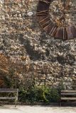 Alte Kirchenuhr auf einer Wand Lizenzfreie Stockbilder