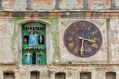 Alte Kirchenuhr mit Figürchen Lizenzfreie Stockfotos