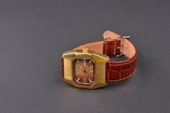 Alte klassische Armbanduhr für Frau mit braunem Bügel auf Schwarzem Stockfotografie