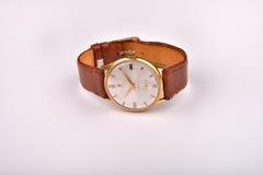 Alte klassische Armbanduhr für Mann mit braunem Bügel auf Weiß Stockfoto