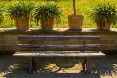Alte klassische Parkbank gemacht vom Holz und vom Gusseisen stockfotos