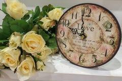 Alte klassische Retro- Uhr mit Blumenstrauß von Rosen Lizenzfreie Stockbilder