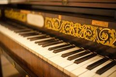 Alte Klaviertastatur mit Blumenverzierung Lizenzfreie Stockbilder