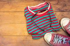 Alte Kleidung der wirtschaftlichen Reise und alte Schuhe, wirtschaftliches Reisekonzept Lizenzfreies Stockbild