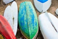 Alte kleine Boote auf Abschluss des sandigen Strandes oben verwittert Stockfotografie