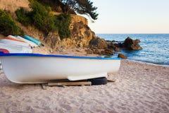 Alte kleine Boote auf sandigem Strand Verwittert und Stockfoto