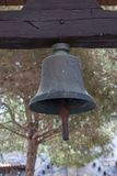 Alte kleine Bronze-Bell gehangen an hölzernen Querbalken Lizenzfreies Stockfoto