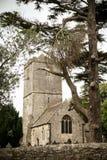 Alte kleine Kirche mit Friedhof Stockbilder