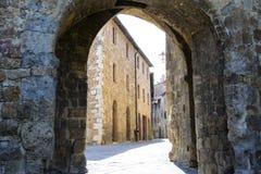 Alte kleine mittelalterliche Steinstraße in der historischen Mitte von Serra San Quirico D& x27; orcia, Toskana Lizenzfreies Stockbild