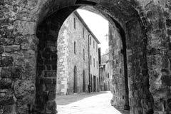 Alte kleine mittelalterliche Steinstraße in der historischen Mitte von Serra San Quirico D& x27; orcia, Toskana u. x28; Italy& x2 Stockfotos