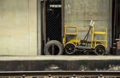 Alte kleine Rasergruppenautos oder Bahnblockwagenlaufkatzengelb Lizenzfreie Stockbilder