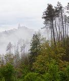 Alte Kleinstadt auf einem Hügel an einem nebeligen Morgen Lizenzfreie Stockbilder