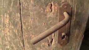 Alte Klinke auf dem verlassenen Türabschluß oben stock footage