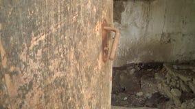 Alte Klinke auf der verlassenen Tür stock footage