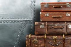 Alte Koffer auf Metallhintergrund Stockfotografie
